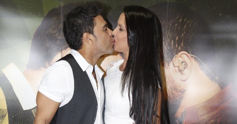 23.jun.2015 - O sertanejo Zezé di Camargo dá um beijão na namorada, Graciele Lacerda, após apresentação da turnê