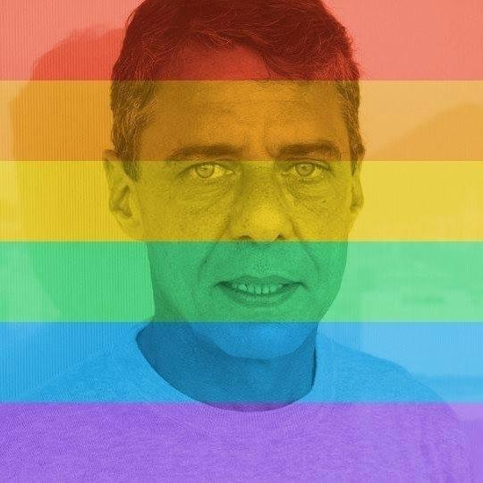 26.jun.2015- Chico Buarque se uniu a milhares de usuários do Facebook e aplicou o filtro de arco-íris em sua foto do perfil para mostrar que apoia o casamento gay