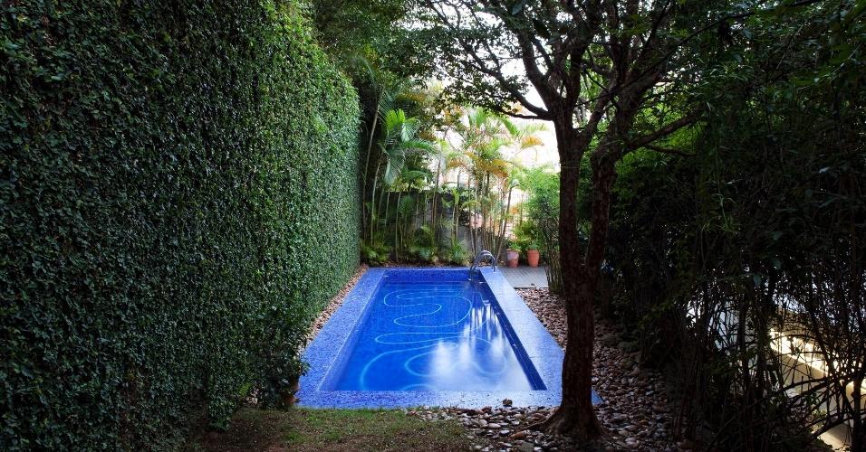 O jardim, que era um talude (rampa) muito íngreme e sem uso, foi transformado e ganhou dois níveis. No mais alto, foi construída a piscina. Com projeto original de Vilanova Artigas, a casa (1944) a casa em São Paulo foi reformada pelo arquiteto Arthur Casas