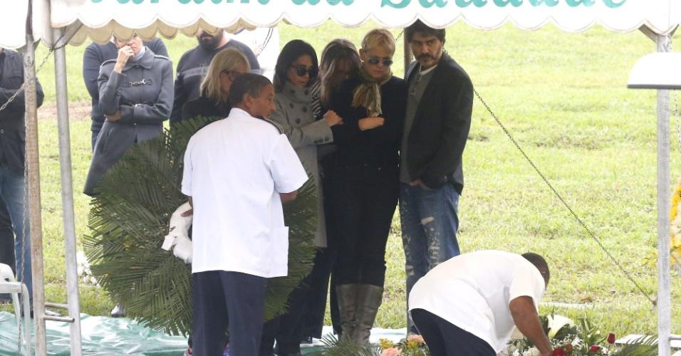 13.set.2015 - Abraçada com Sasha, Xuxa acompanha o sepultamento do irmão Cirano Rojabaglia