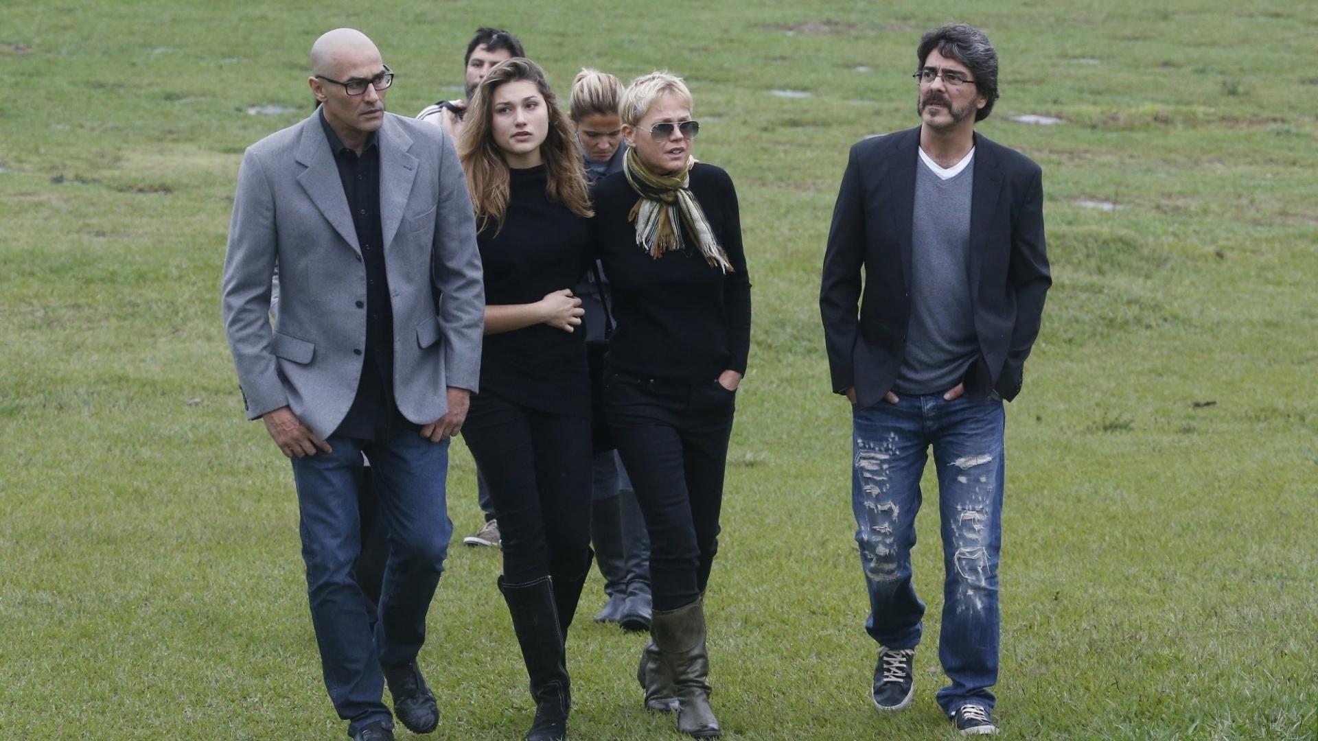 13.set.2015 - Abraçada com Sasha, Xuxa deixa o Cemitério da Saudade, na Paciência, ao lado de Luciano Szafir e Junno