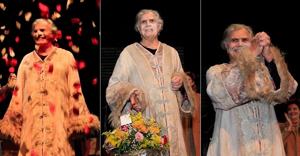 """4.out.2015 - Na véspera de seu aniversário de 80 anos, o ator Tarcísio Meira ganhou homenagem dos colegas da peça """"O Camareiro"""""""