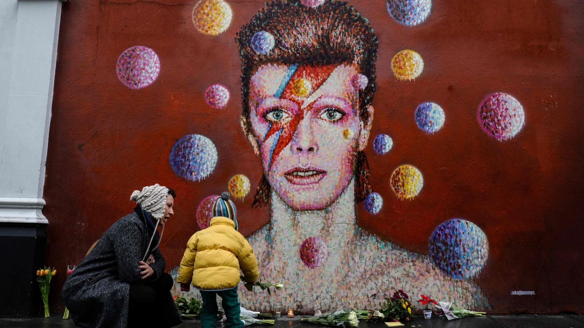 11.jan.2016 - Flores são deixadas no mural com a imagem de David Bowie, pintada pelo artista australiano Jimmy C.
