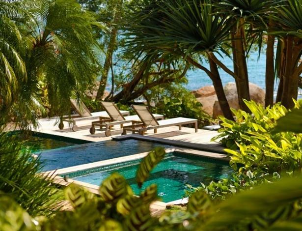De frente para o mar, o jardim tropical desta casa em Ilhabela (SP) abriga diferentes níveis de piscinas, ladeadas pelos decks de madeira itaúba, além dos coqueiros, helicônias, palmeiras e pândanos. O projeto foi definido pelo paisagista Alex Hanazaki