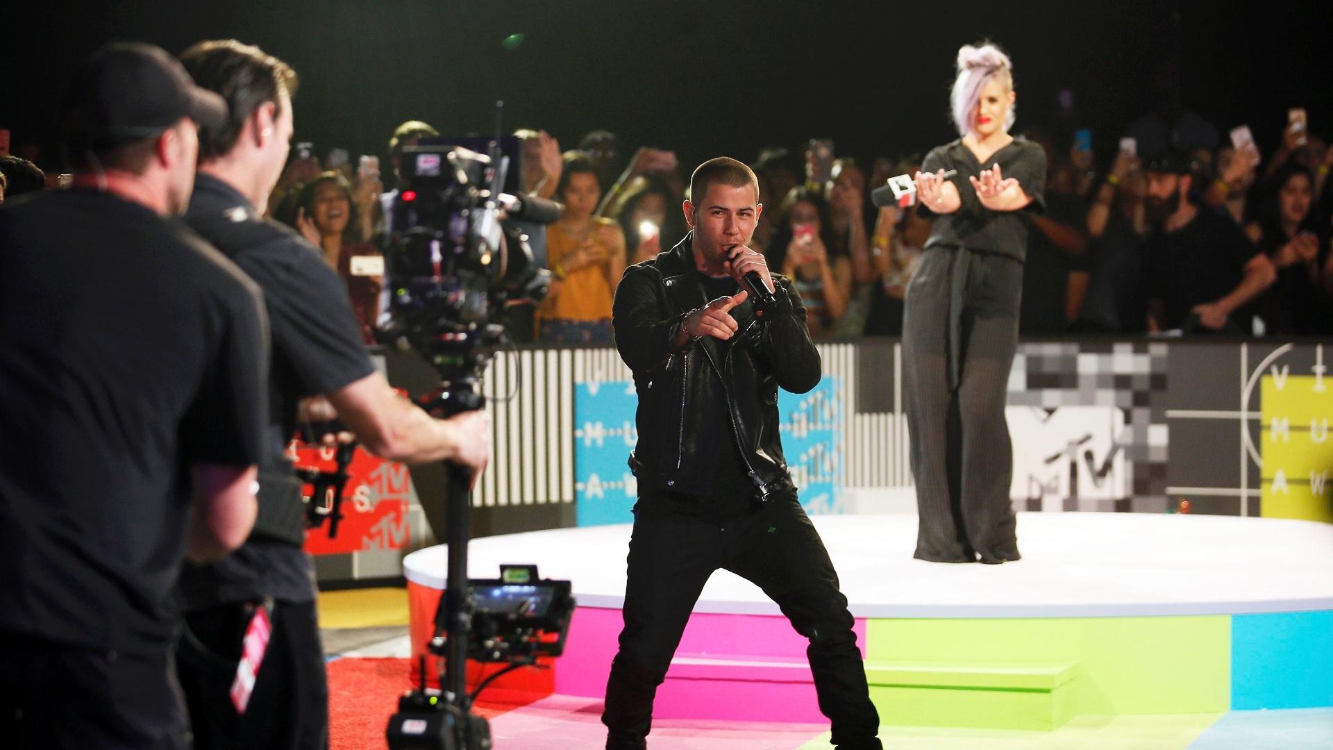 30.ago.2015 - O cantor Nick Jonas se apresenta no tapete vermelho do VMA 2015