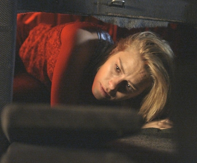 Lara (Carolina Dieckmann) consegue fugir da armadilha do ex-marido em