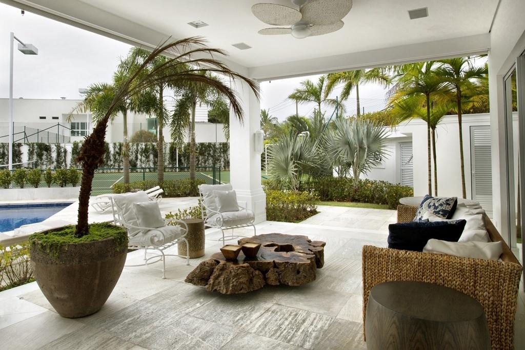 sala de estar tem varanda de frente para a piscina e para a quadra de