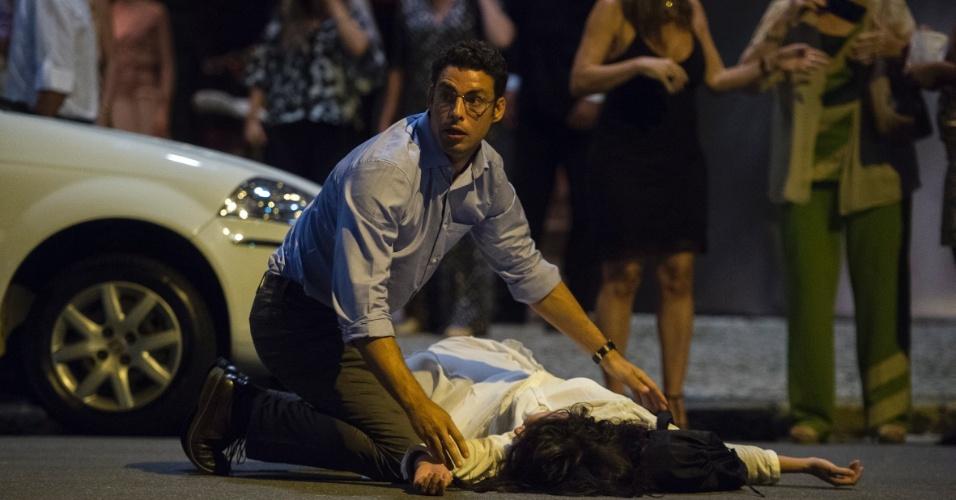8.jul.2016 - Maurício (Cauã Reymond) socorre a mulher Beatriz (Marjorie Estiano) após acidente em