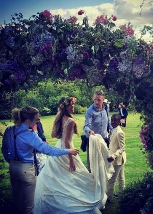 Jacqui Ainsley tem três filhos com o noivo, o cineasta Guy Ritchie