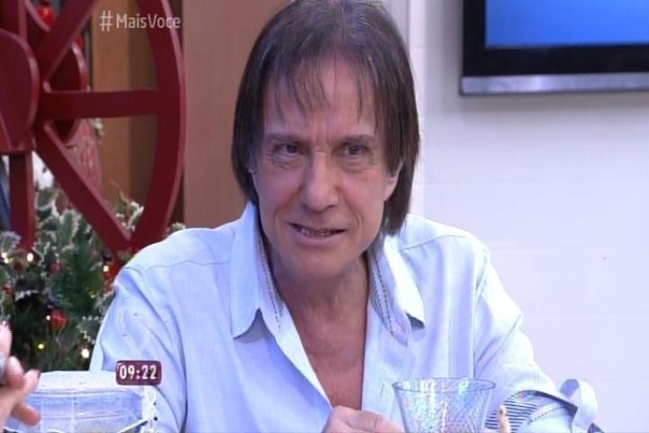 18.dez.2015 - Roberto Carlos é entrevistado por Ana Maria Braga no programa