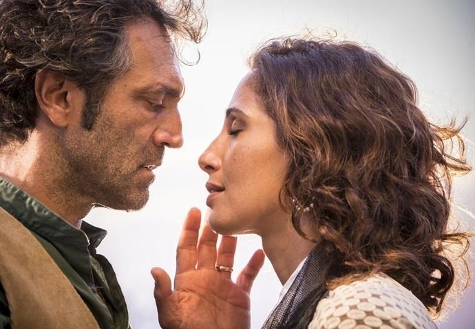 Santo (Domingos Montagner) e Tereza (Camila Pitanga) se reencontram em