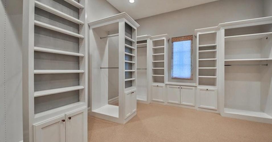 O closet do quarto principal tem móveis planejados equipados com nichso, prateleiras, armários e araras. O espaço faz parte da casa com 800 m² colocada à venda pela cantora Britney Spears, nos EUA