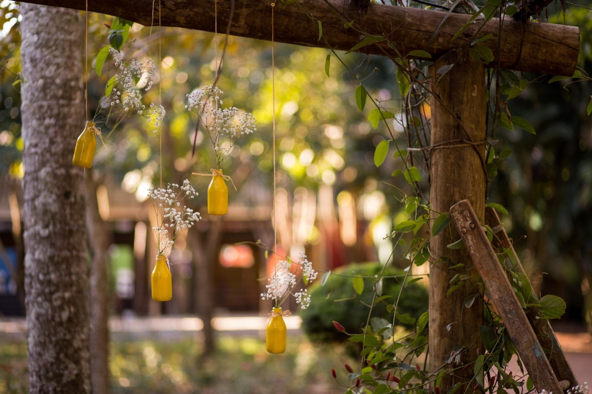 Que tal cultivar no gazebo ou pergolado de madeira espécies de trepadeiras como o maracujá de flores vermelhas? Incremente a estrutura pendurando, também, garrafinhas com flores miúdas! O resultado é um local com ar bucólico como o do espaço Roseiras Alemãs, dos paisagistas Ligia Rualdes e Fernando Codo | O ambiente pode ser visto na mostra de paisagismo da Expoflora até 27 de setembro de 2015 em Holambra (SP)