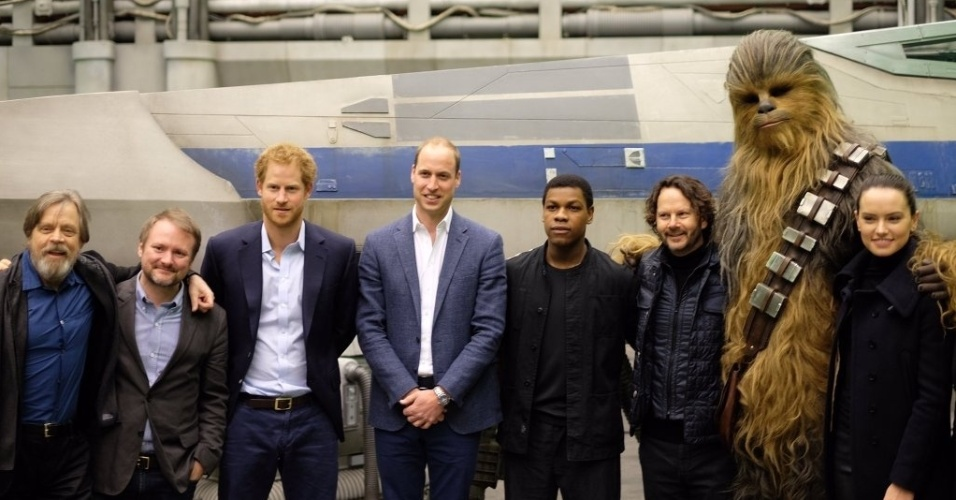 19.abr.2016 - Príncipes Harry e William posam com elenco de