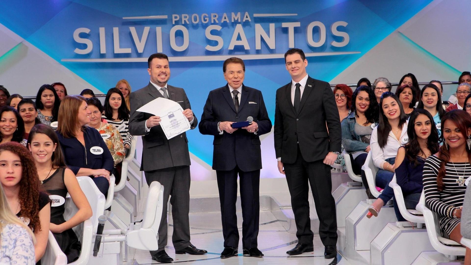 Silvio Santos recebe em seu programa no SBT o título de doutor em Comunicação
