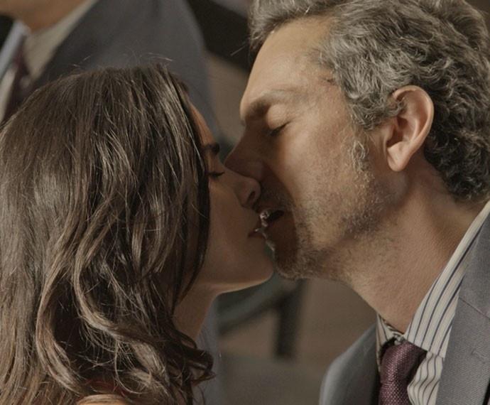 Romero beija Tóia e a pede em namoro