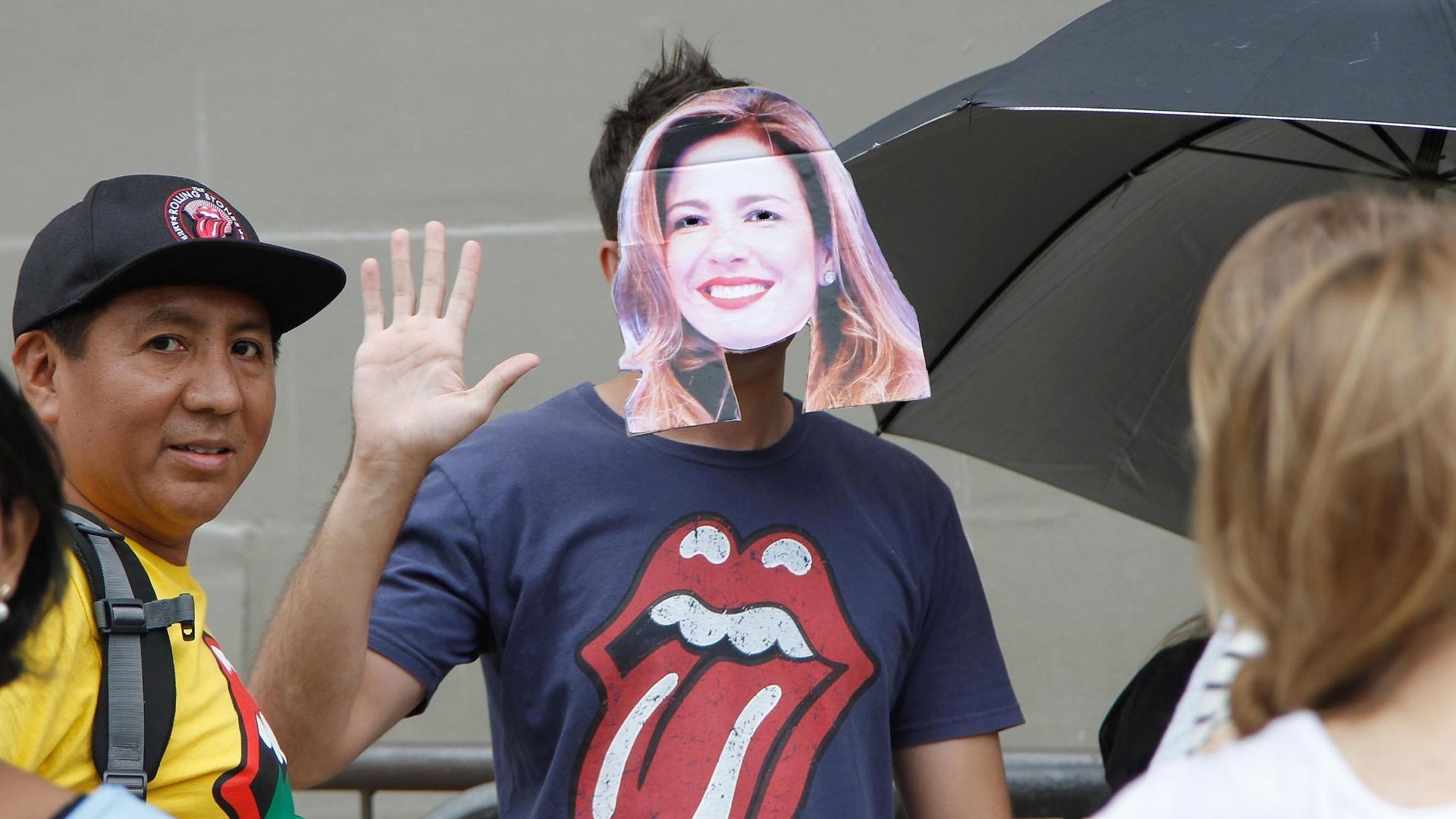 27.fev.2016 - Fã com máscara de Luciana Gimenez, mãe do filho de Mick Jagger, aguarda a abertura dos portões do estádio do Morumbi para o segundo dia de show dos Rolling Stones