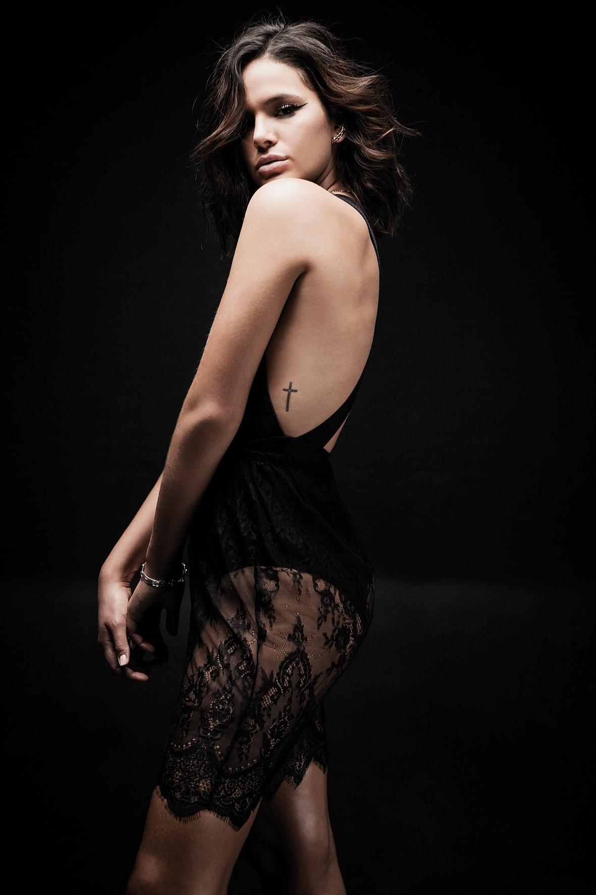 set.2016 - Com look decotado e transparente, Bruna Marquezine exibe tatuagem em ensaio para a revista