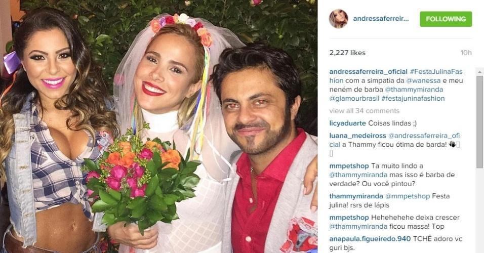 22.jul.2015 - Vestida de noiva, Wanessa posa com Andressa Ferreira e Thammy Miranda na festa junina das revistas
