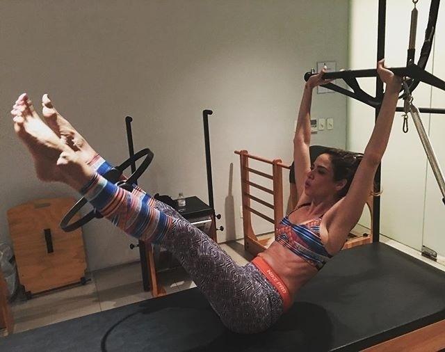 27.abr.2016- Luciana Gimenez continua recebendo críticas nas redes sociais por estar magra demais, segundo os internautas, mas a apresentadora não está ligando para os comentários. Nesta quarta-feira (27), ela postou no Instagram pegando pesado em uma aula de pilates. Aos 46 anos, Luciana comentou que prefere manter o corpo mais sequinho