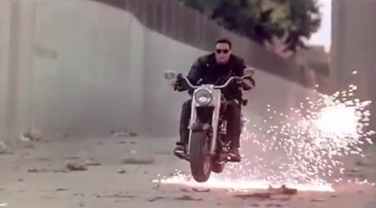 Cena de perseguição de moto Harley-Davidson Fat Boy em
