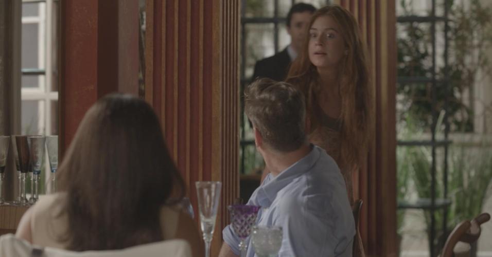 Eliza (Marina Ruy Barbosa) se ofende com as críticas de Carolina (Juliana Paes) e Arthur (Fábio Assunção) em