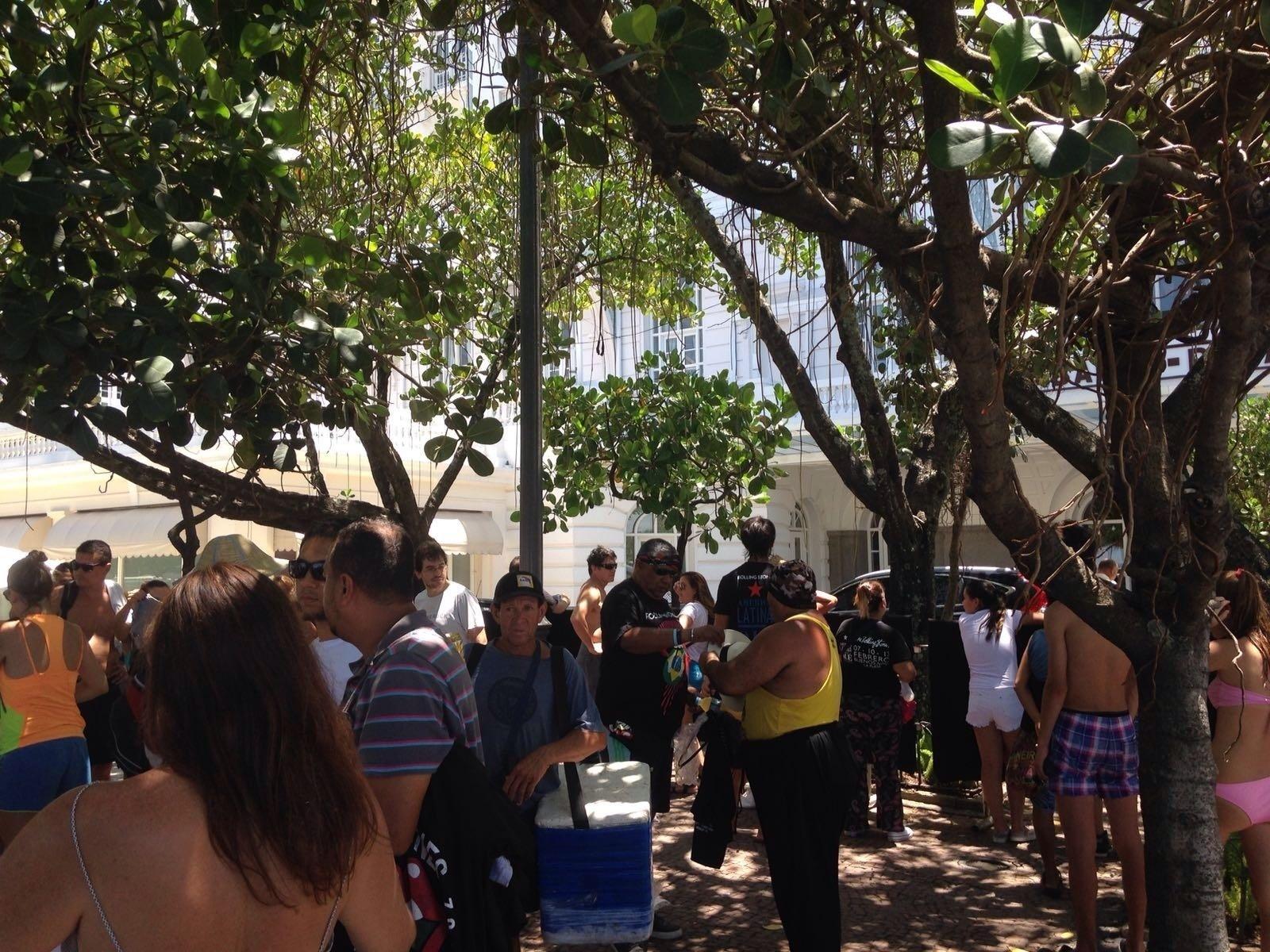 20.fev.2016 - Movimentação na porta do Copacabana Palace, onde a banda Rolling Stones está hospedada, aumenta a partir das 11h. Fãs fazem plantão na porta do hotel na esperança de uma aparição de Mick Jagger, Keith Richars, Ron Wood ou Charlie Watts