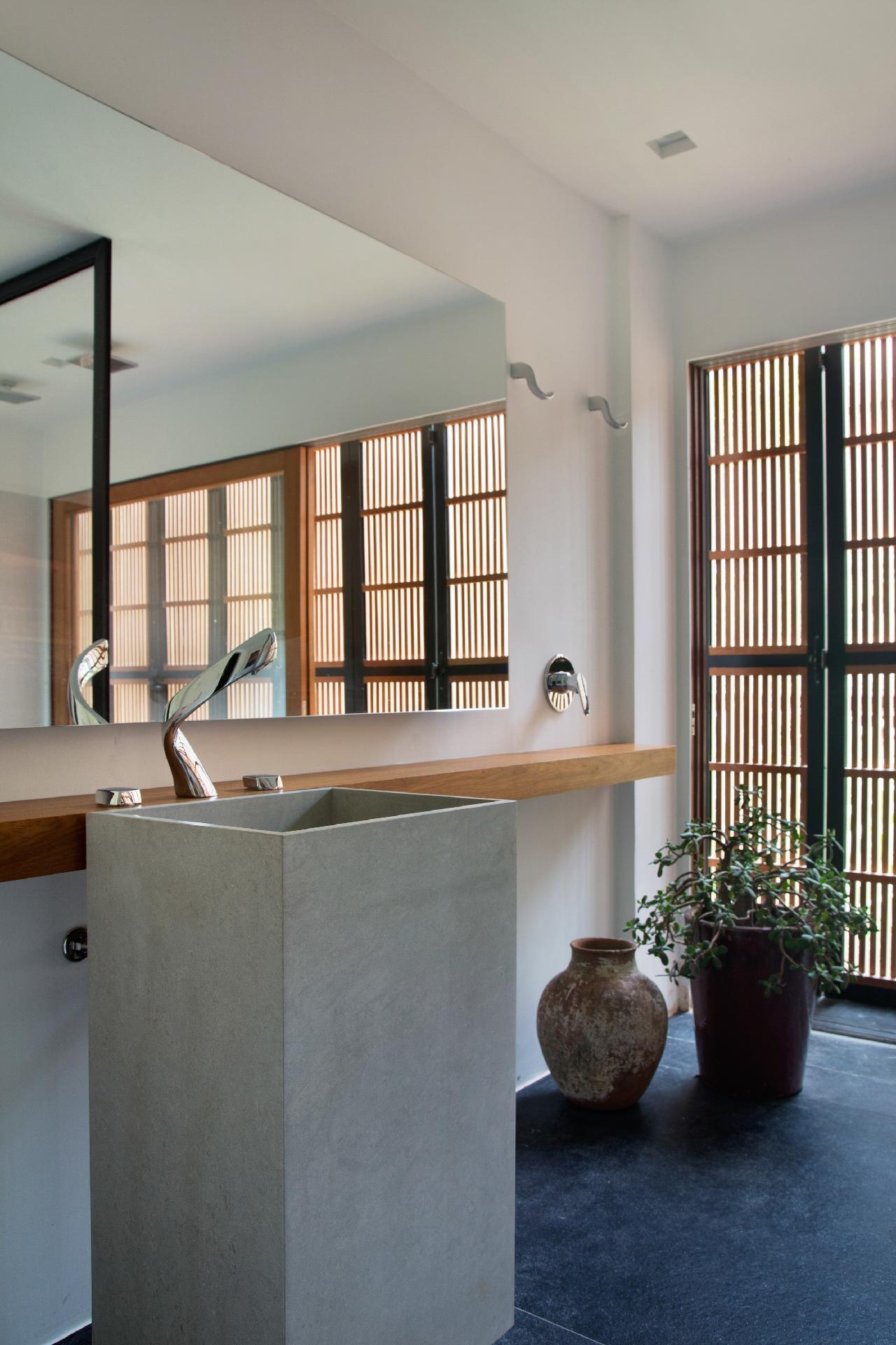 banheiro social tem uma decoração leve e contemporânea. A bancada  #664731 1280x1920 Bancada Banheiro Estreita