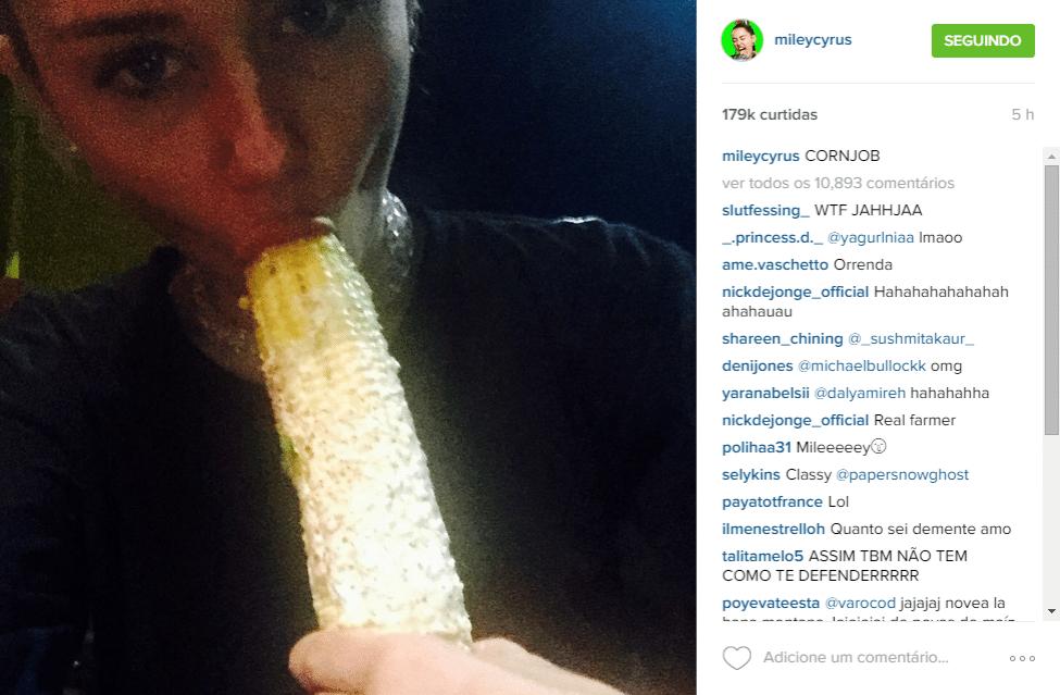 23.jul.2015 - MIley Cyrus posta foto comendo milho e simula um sexo oral com a espiga, na madrugada desta quinta-feira