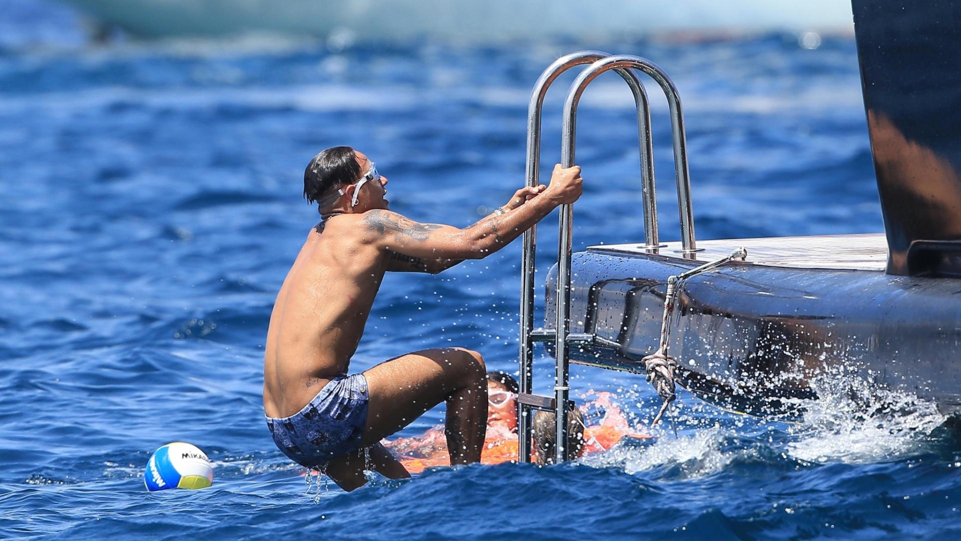28.jul.2015 - De férias em Ibiza, na Espanha, Neymar sobe em iate após dar mergulho no mar