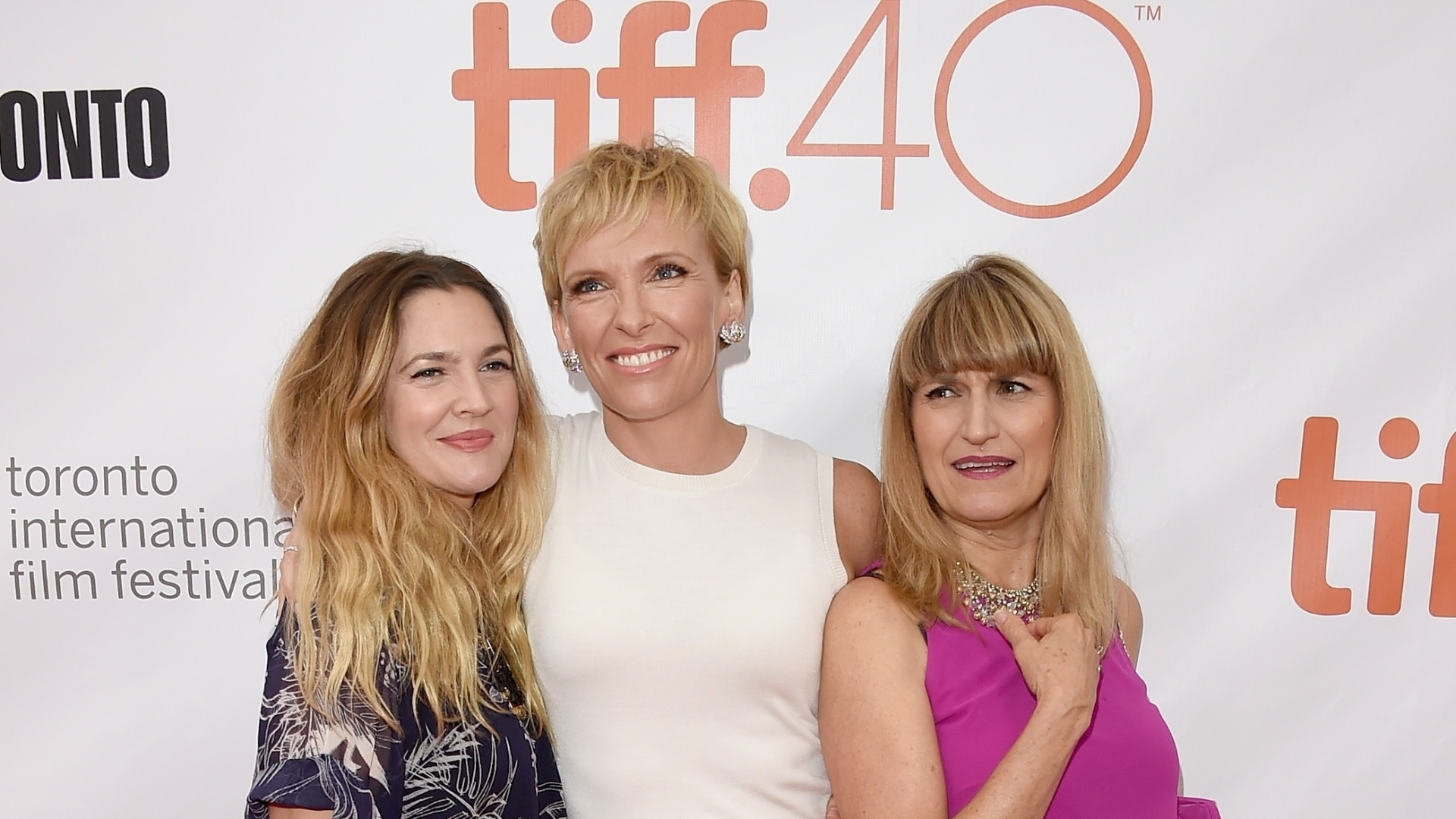 12.set.2015 - As atrizes Drew Barrymore e Toni Collette posam com Catherine Hardwicke, diretora de