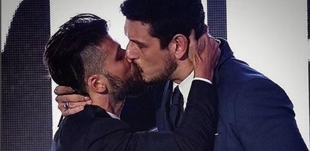 """Bruno Gagliasso e João Vicente de Castro se beijam durante premiação da revista """"GQ"""""""