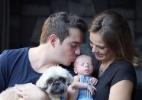 Sertanejo Belutti e Thaís Pacholek posam com o filho recém-nascido - Reprodução /Instagram /tpacholek