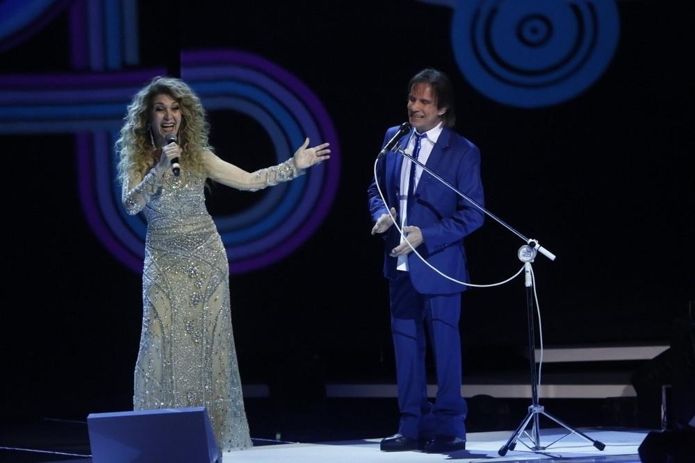 7.nov.2015 - Wanderléa canta com Roberto Carlos durante as gravações do especial do Rei no Teatro Municipal, no Rio de Janeiro