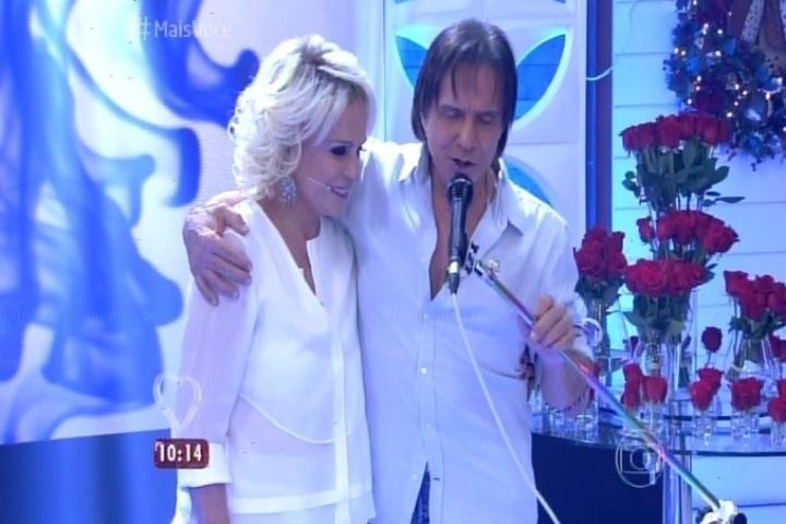 18.dez.2015 - Ao lado de Ana Maria Braga, Roberto Carlos canta