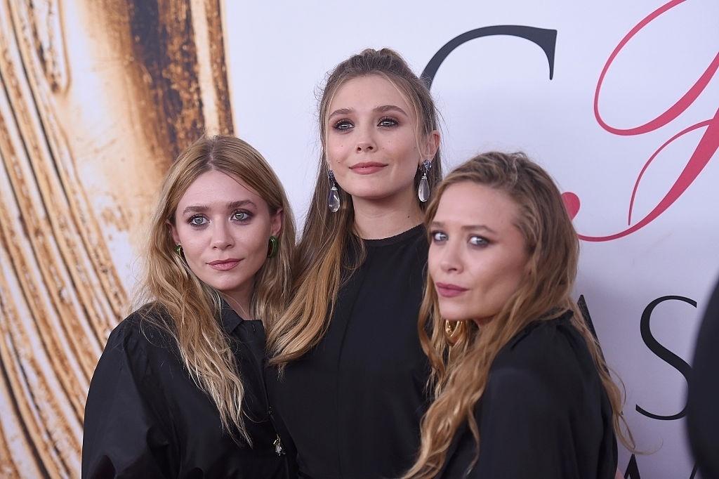 07.jun.2016 - Mary-Kate e Ashley Olsen posaram ao lado da irmã, a atriz Elizabeth Olsen, durante o CFDA Fashion Awards, que aconteceu nessa segunda-feira (6) em Nova York. Além de estarem todas de preto, a semelhança entre as gêmeas e a irmã mais nova chama bastante atenção.