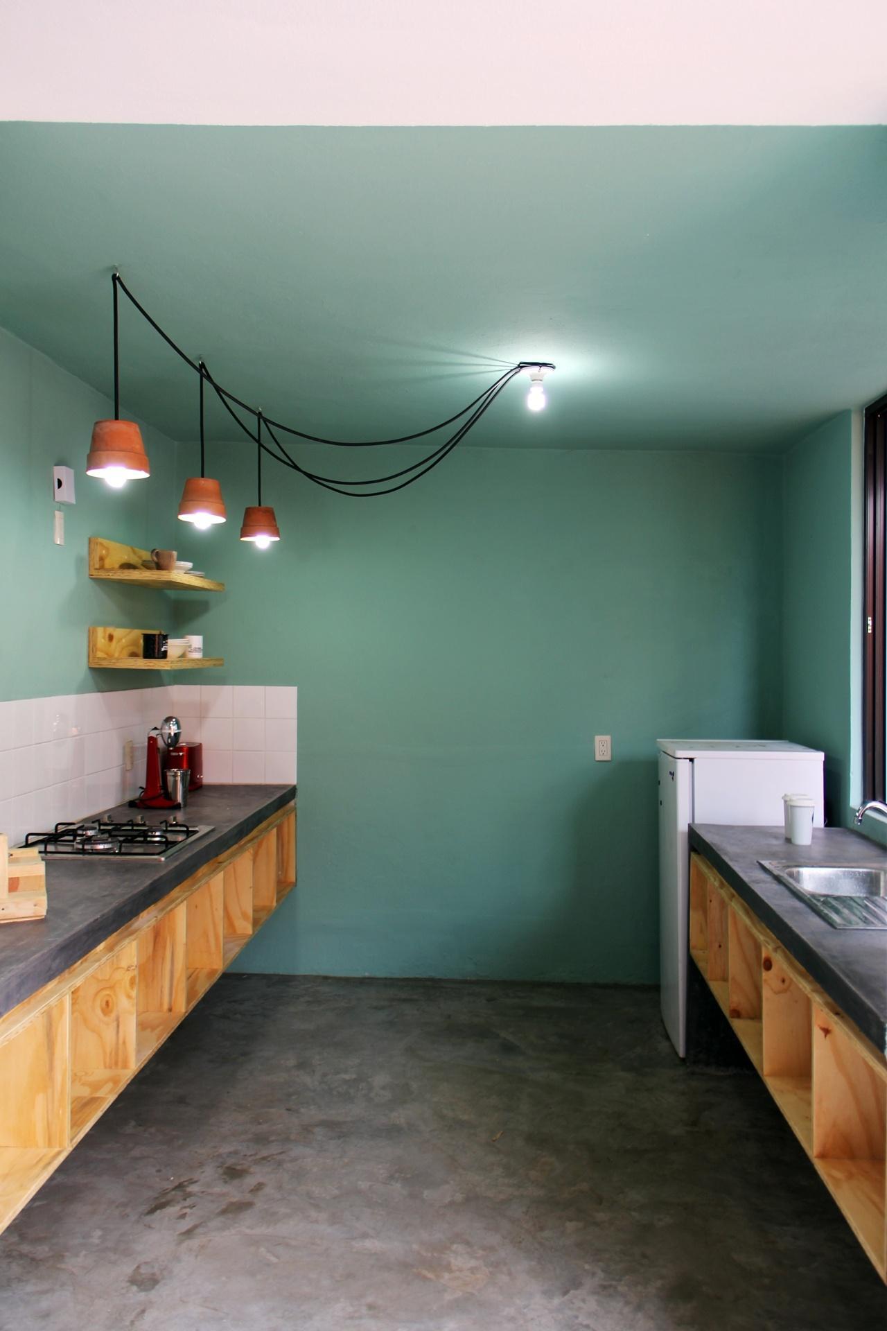 as paredes e o forro têm o verde usado na mesa de jantar. As bancadas  #6B4830 1280x1920