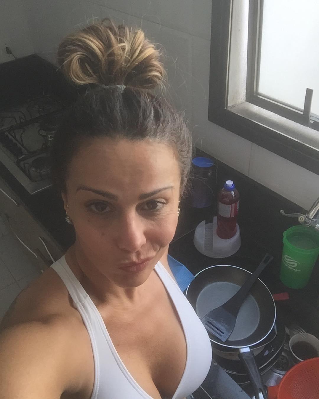 16.out.2015 - Viviane Araújo publicou uma foto no Instagram chateada por ter muita louça para lavar. A modelo e atriz voltou da academia e encontrou a pia cheia na cozinha de sua casa.