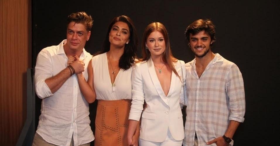 20.out.2015 - Fábio Assunção, Juliana Paes, Marina Ruy Barbosa e Felipe Simas posam juntos durante o lançamento de