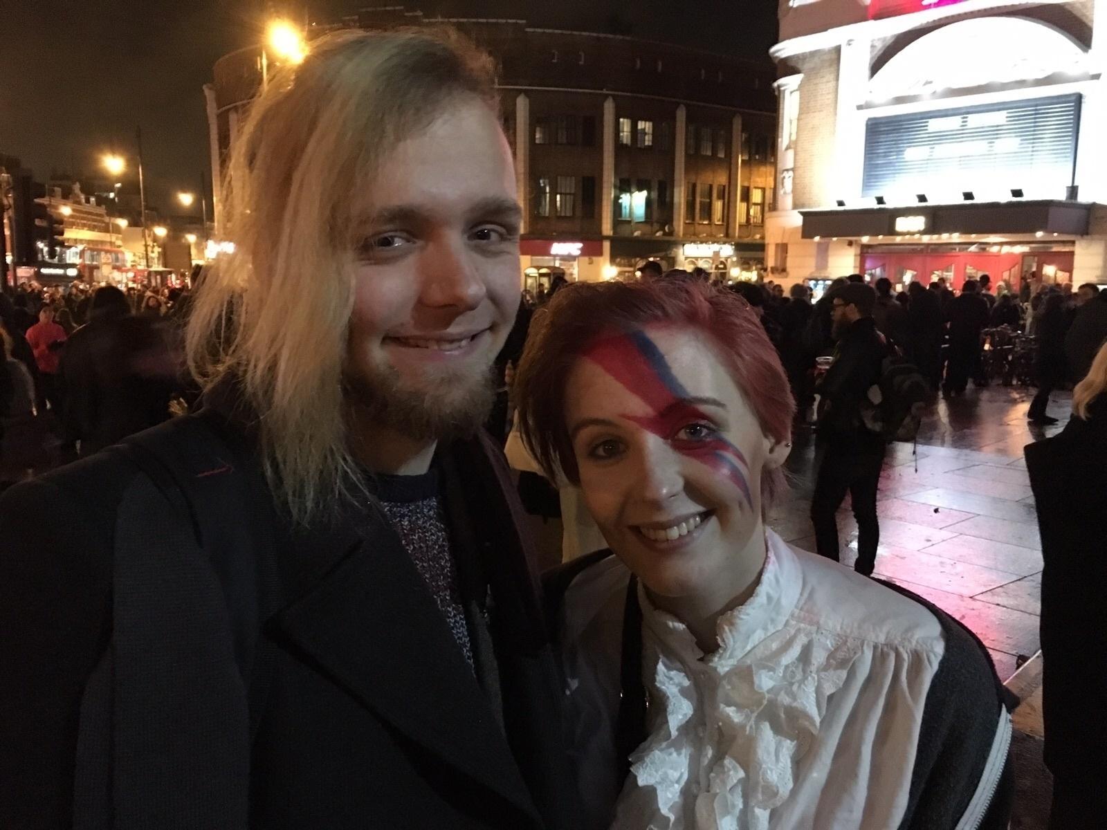 11.jan.2015 - A estudante Emma Beny, 21, comparece ao bairro de Brixton, em Londres, para homenagear David Bowie