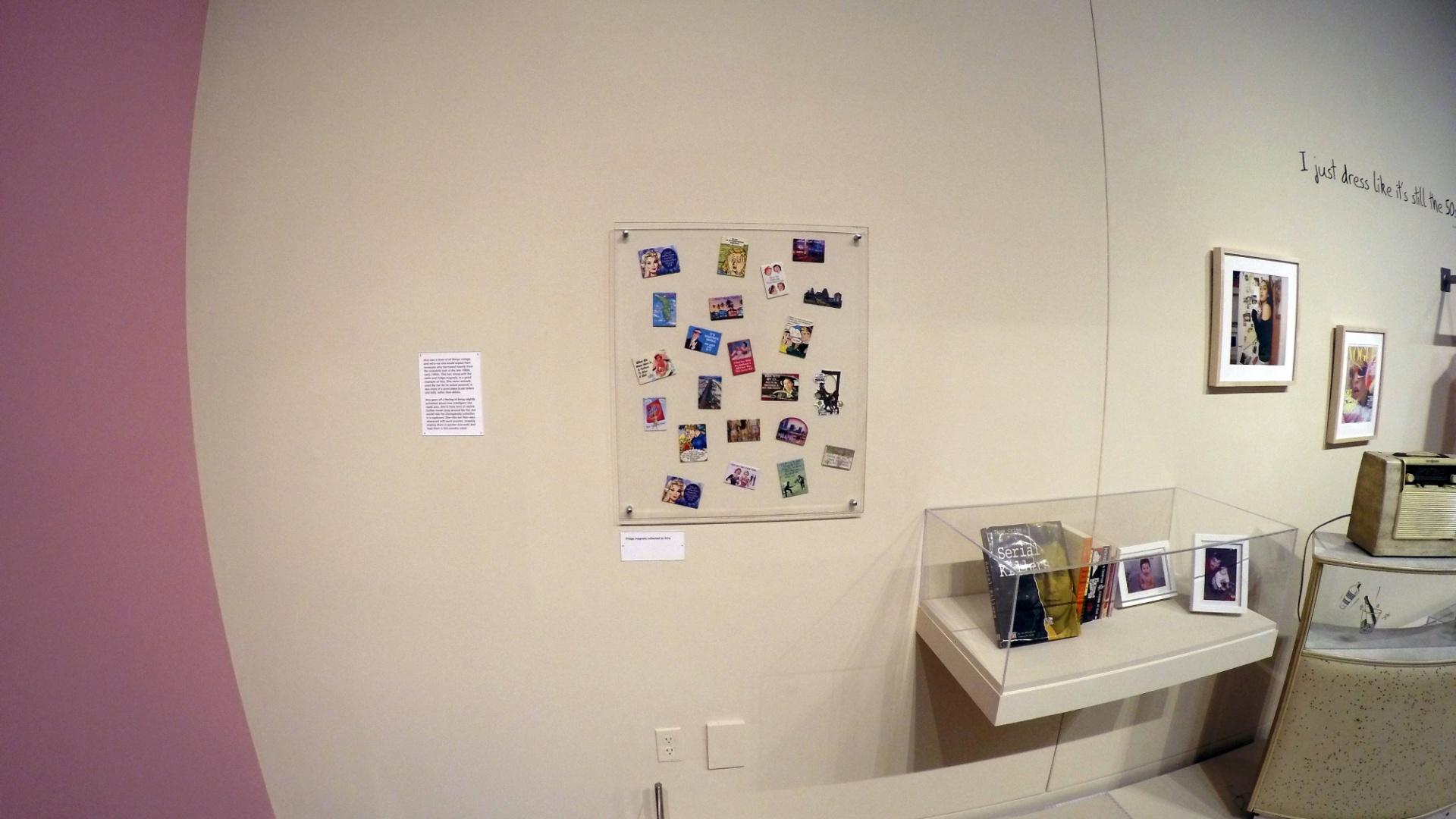 21.jul.2015 - Ímãs de geladeira com pin-ups falando barbaridades, colecionados por Amy Winehouse, na exposição