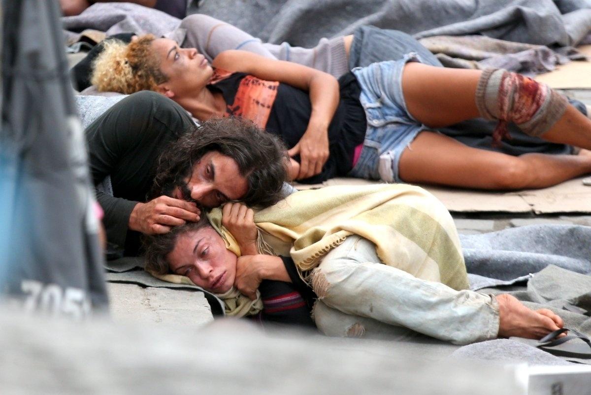 08.set.2015 - Grazi Massafera e Flávio Tolezani ficaram um bom tempo deitados na calçada e mostram todo o sofrimento do casal