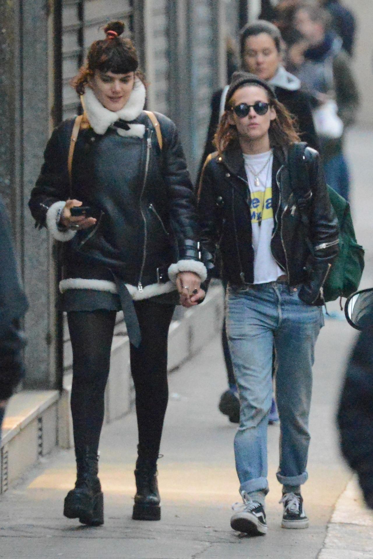 15.mar.2016 - Kristen Stewart passeia de mãos dadas com suposta nova namorada em Paris