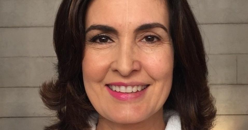 Fátima Bernardes maqueia parte do rosto e mostra o resultado em sua conta do Instagram.