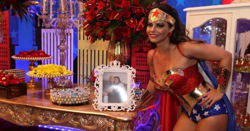 1.abr.2016 - Viviane Araújo mostra decoração de sua festa à fantasia e posa ao lado de foto com o pai. A comemoração aconteceu em uma casa de festas em Bangu, no Rio de Janeiro