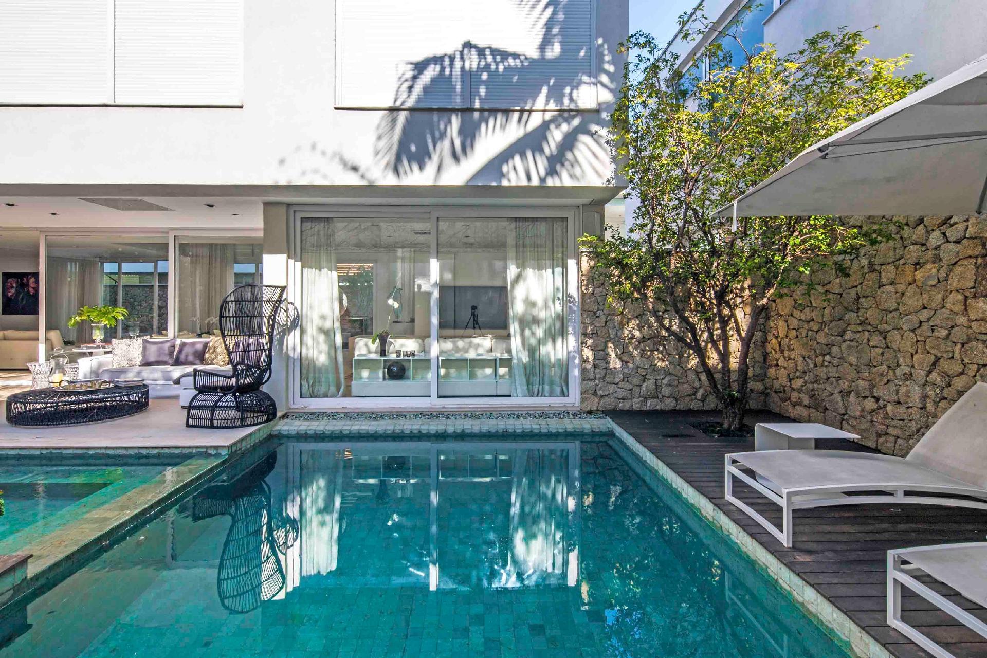 A piscina com spa é uma das atrações da casa no condomínio Bauhaus, projetado por Monica Drucker. O espaço se integra com o interior onde estão estar e home theater