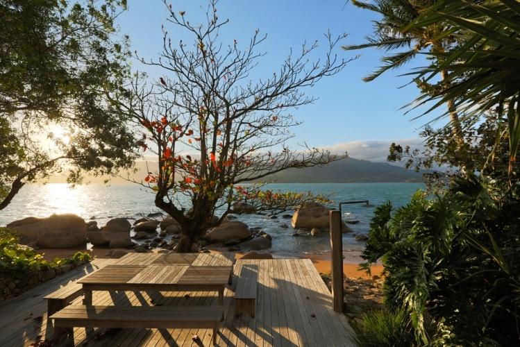 jardim deck de madeira:Paulo, o premiado paisagista Alex Hanazaki criou um deck de madeira