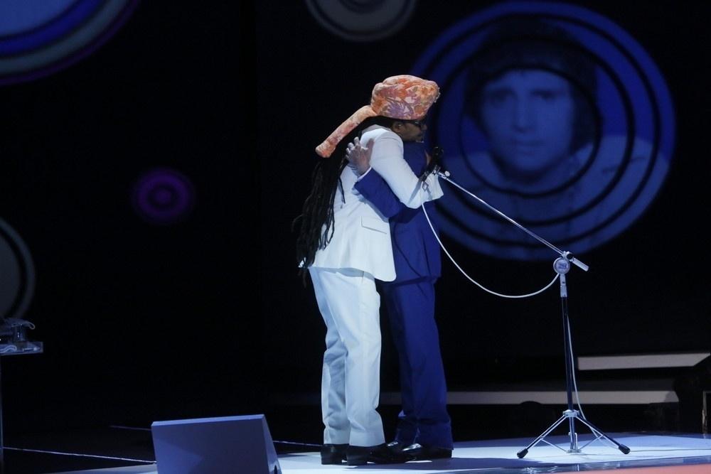 7.nov.2015 - Carlinhos Brown abraça Roberto Carlos durante as gravações do especial do Rei no Teatro Municipal, no Rio de Janeiro