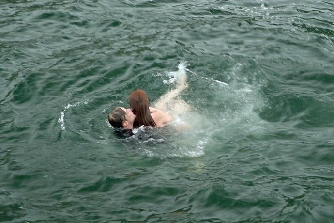 Eliza (Marina Ruy Barbosa) se afoga, mas é salva por Arthur (Fábio Assunção) em