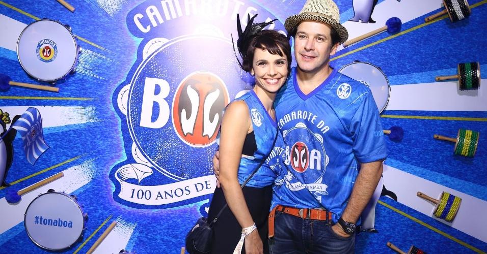 13.fev.2016 - Débora Falabella e Murilo Benício entram no clima de Carnaval para curtir o desfile das campeãs na Sapucaí